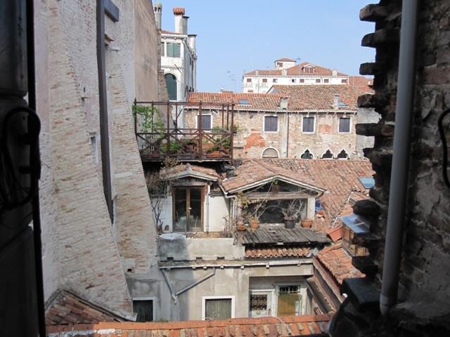 Luminoso monolocale vista tetti appartamento in vendita for Monolocale a venezia